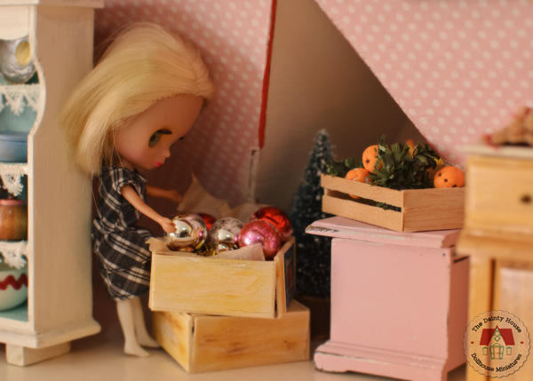 Mini Blythe Looks at Christmas Decorations