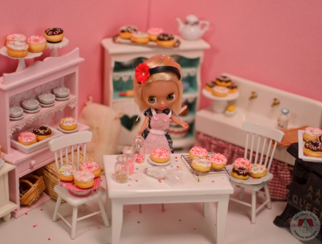 Mini Blythe making donuts