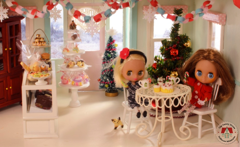 The mini Blythe friends enjoy Christmas at the dollhouse bakery
