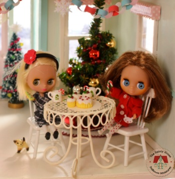 Mini Blythe friends enjoy Christmas at the dollhouse bakery.