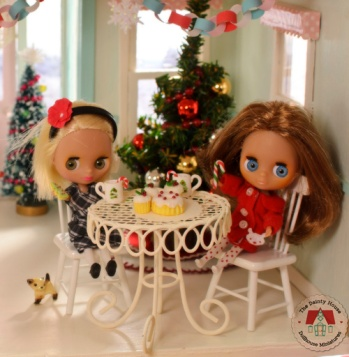Mini Blythe friends enjoy Christmas at the dollhouse bakery.